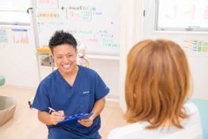 高崎市にあるただき接骨院の施術スタッフがカウンセリングをしている写真